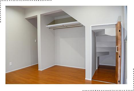 階段下をつかって各部屋に十分な収納を実現して頂きました。